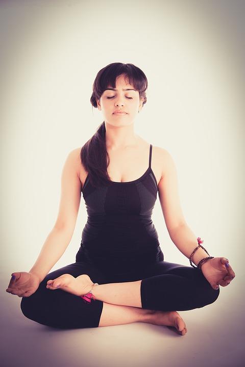 Kvinde laver meditationsøvelse