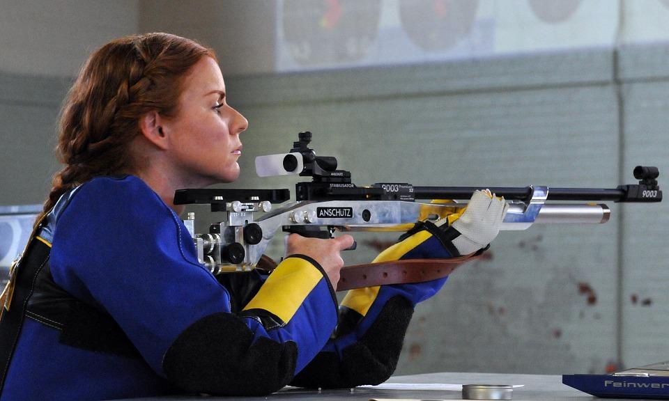 kvinde med gevær