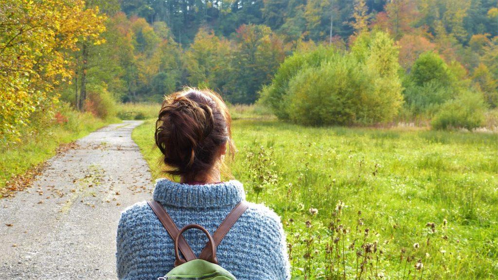 kvinde går tur i naturen