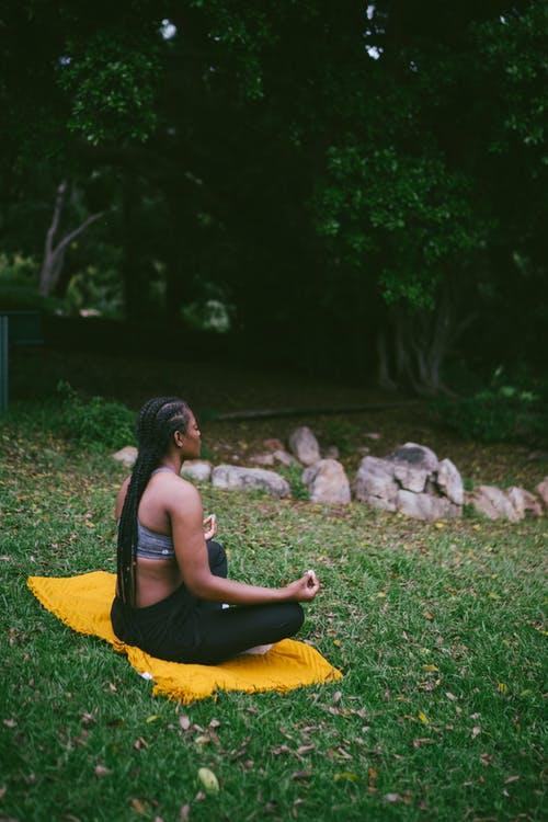 Kvinde der udfører yoga udendørs